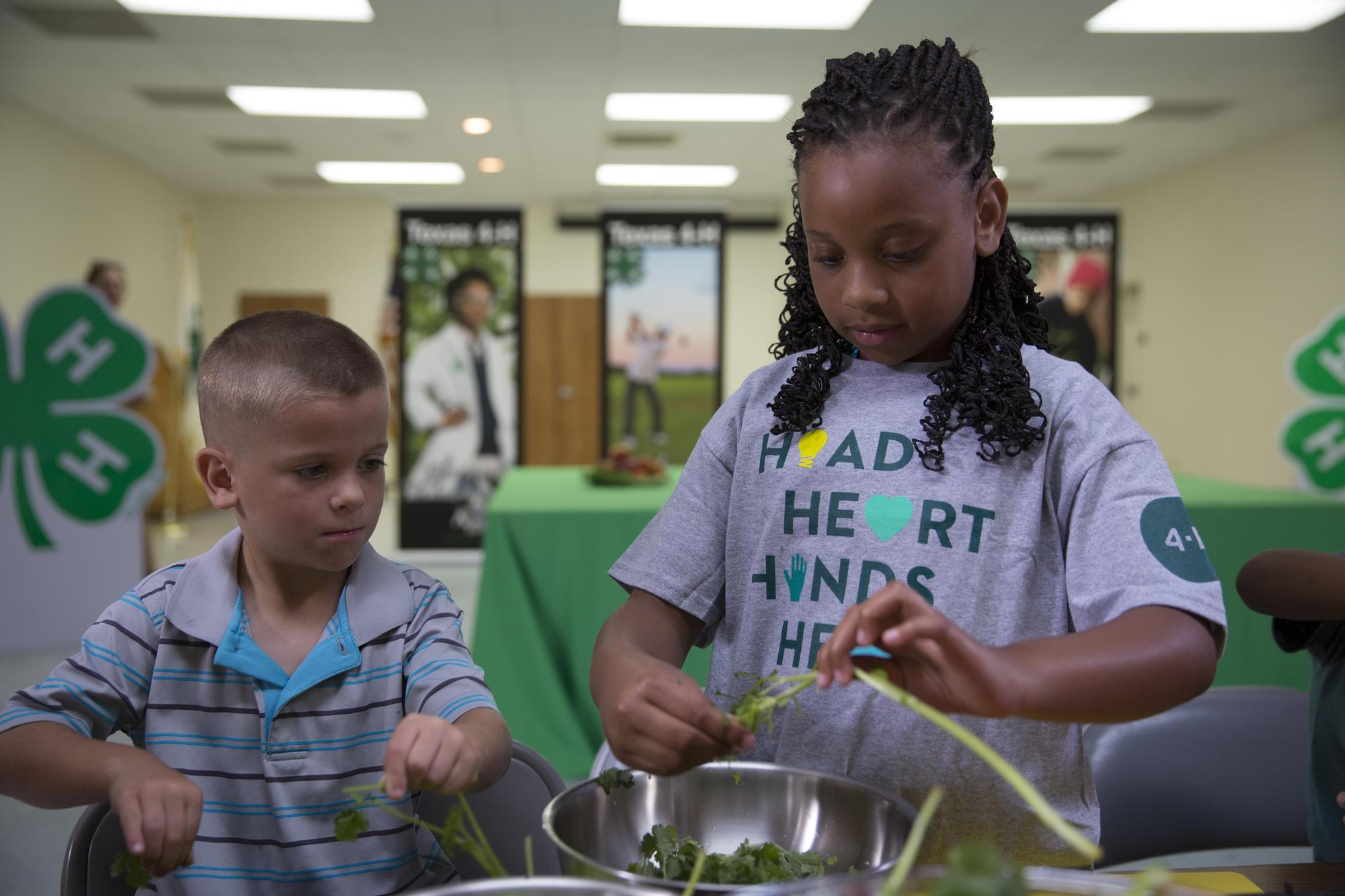 4-H kids cleaning vegetables