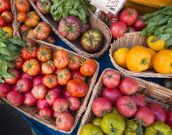 Heirloom tomatoes on display at a farmer's market.